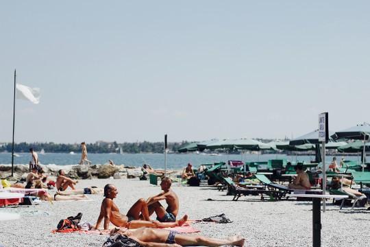 Jak skutecznie chronić się przed słońcem? Poznaj dermokosmetyki z filtrem!